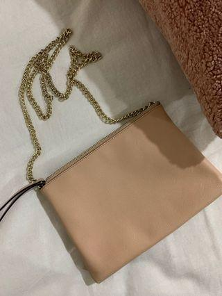 Pink shoulder bag with chains