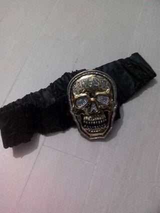 selling a gangsta gold skull belt, plastic