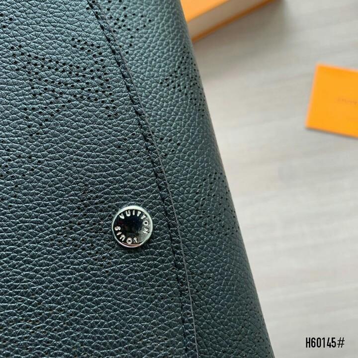LV Louis Vuitton Iris Wallet Mahina Leather H60145#22  H 450rb  Bahan kulit (mahina leather) Dalaman kulit Kwalitas High Premium AAA Dompet uk 19x2x10cm Berat dengan box 0,4kg  Warna : -Black ( Include Box )