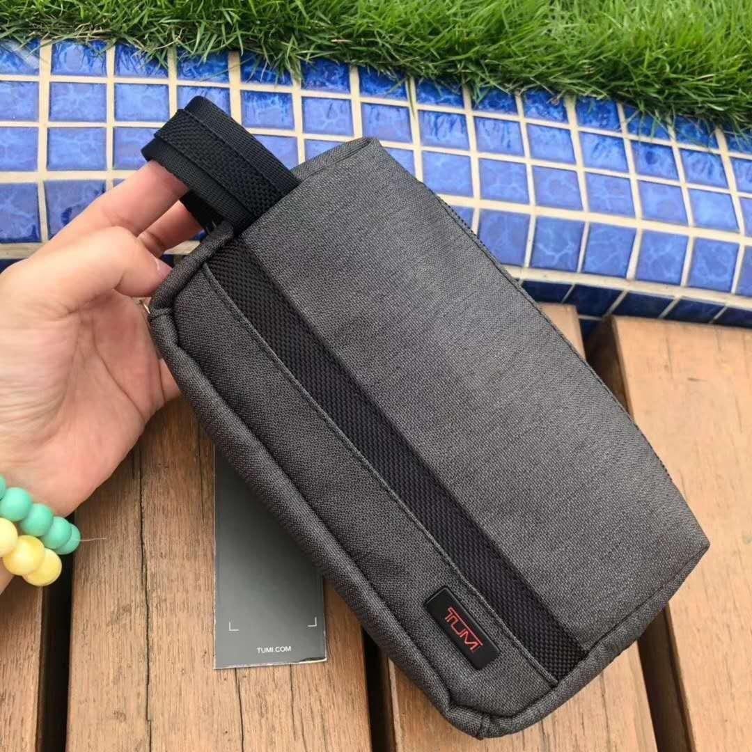 restok Tumi Clutch T010, SUPERMIRROR, w18xh10xd3.5cm   H @150rb  Berat 300g