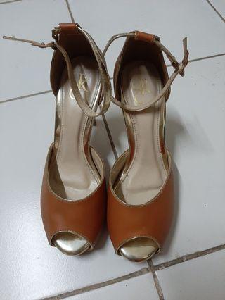 Sepatu pesta anggun