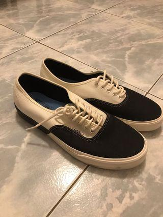 Vans Authentic Black and White US10