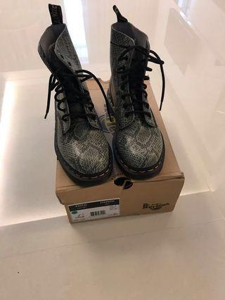 🚚 Dr. Martens ladies boot size US7/ UK5
