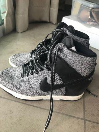 🚚 Wmns Nike Dunk Sky High (shoes only)