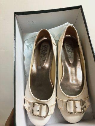 復古米白亮面平底鞋