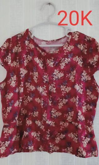 Baju bunga merah marun
