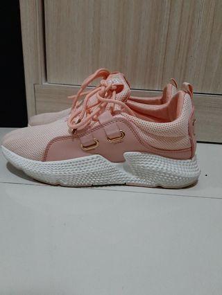 Sneakers (harga store 250.000) baru satu kali pakai