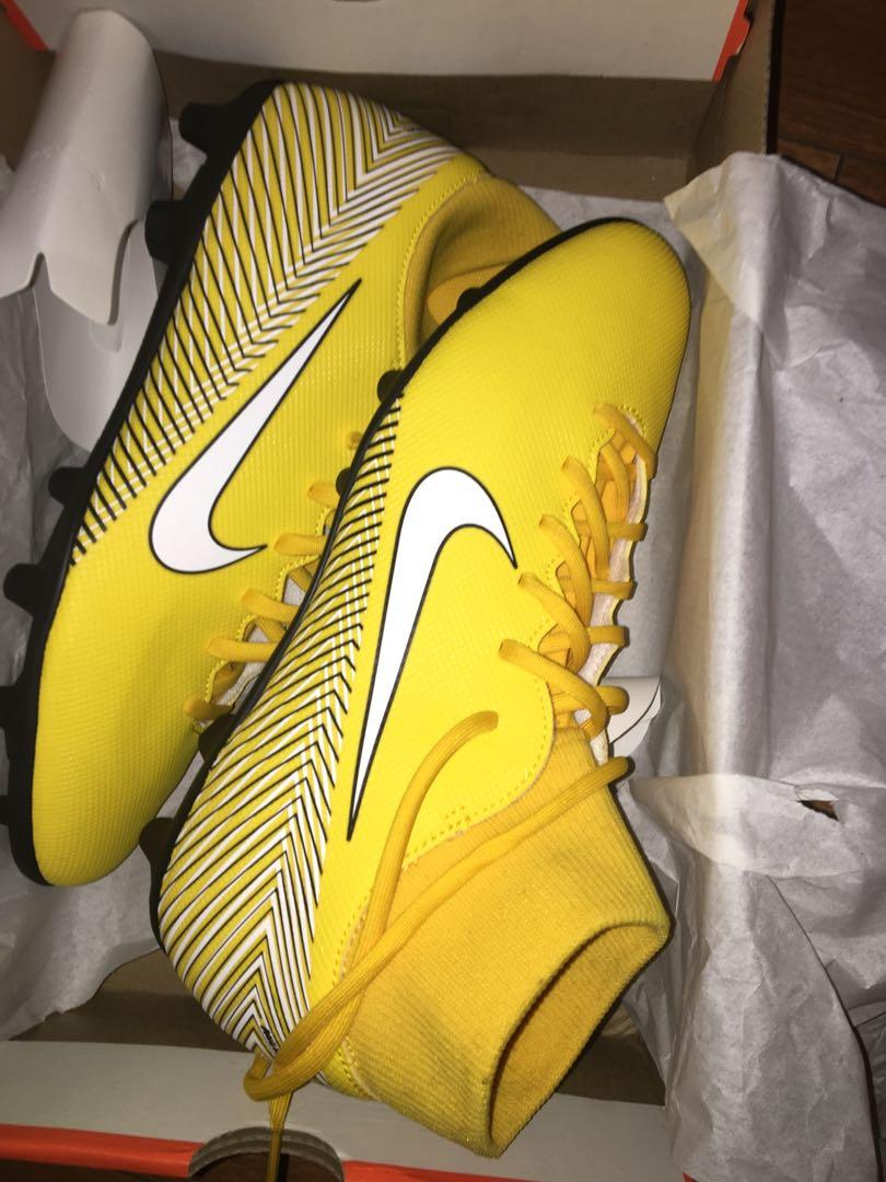 BRAND NEW BRIGHT YELLOW SIZE 10 NIKE MEN SOCCER CLEATS