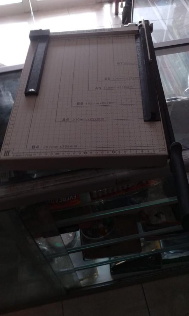 Mesin potong kertas F4