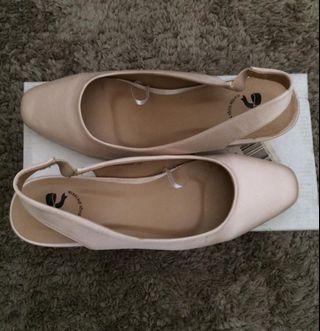 sepatu sandal The little things she needs