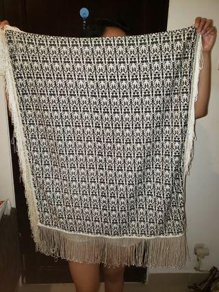 Top Shop frill scarf, beli around 400k, jarang pakai, very good condition, hanya ada 1 tali agak rusak tp ga obvious di antara banyak tali lain