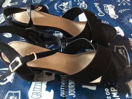 Randa 全新New 日系魚嘴粗高跟一字扣帶凉鞋 黑色只有一對