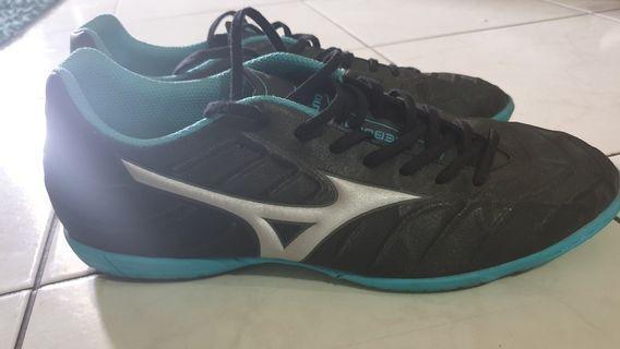 Sepatu Futsal Mizuno Rebula