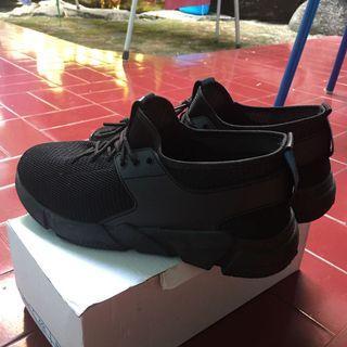 Sepatu Hitam Polos