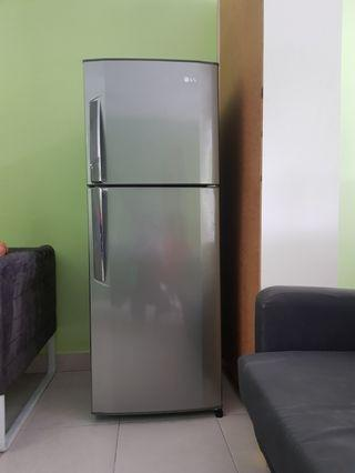 Peti ais / refrigerator