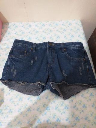 微刷破牛仔短褲