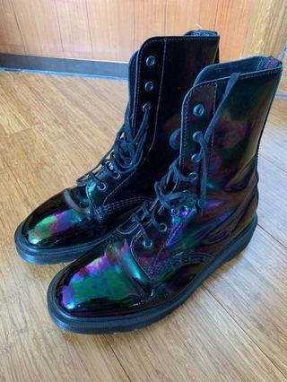 甲蟲色Dr Martens Boots