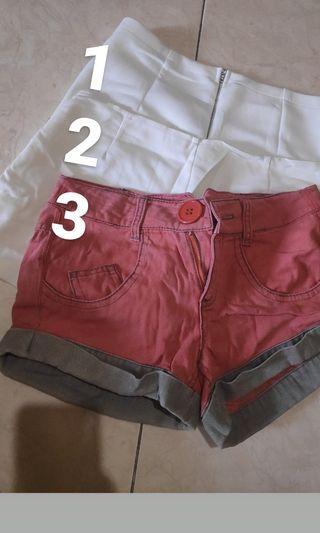Hot pants putih, jeans merah