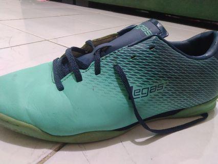 Sepatu futsal legad