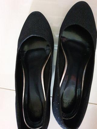 🚚 DMK Shiny Black Low Heels with Glitter not Charles and Keith pretty fit aldo