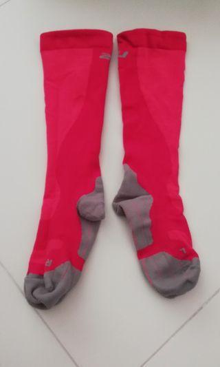 🚚 2XU Compression socks.