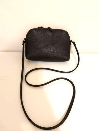 🚚 H&M 黑色皮革小斜背包