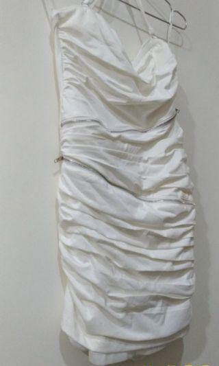 🚚 珍珠白皺褶露肩緊身隱藏亮鑽連身洋裝