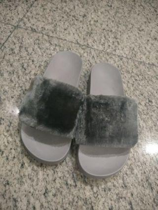 Sandal bulu abu abu 37