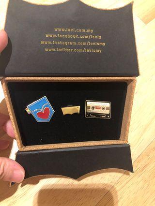 Authentic Levi's badge set box