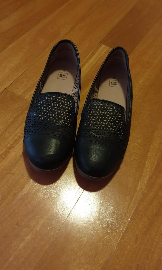 Womens Leather Flats, Size 8, Worn Only Once, Condition 10/10.