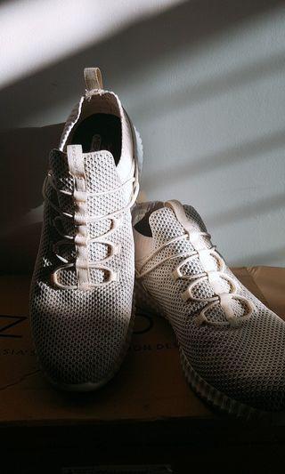 Reprice. Sepatu skechers. Free ongkir Surabaya area