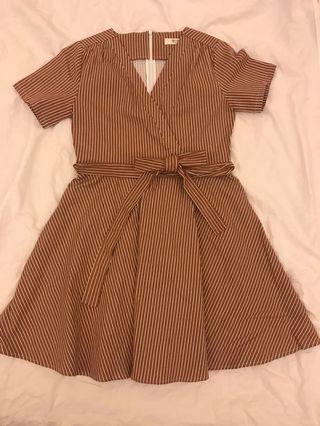 🚚 V領線條綁帶洋裝