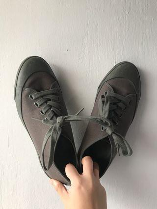 Uniqlo Canvas Sneakers in Olive