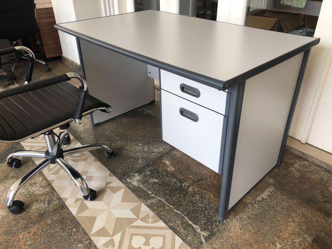 Meja Kantor (tidak termasuk kursi)