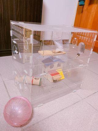 自售壓克力透明倉鼠籠。長寬高約莫38-28-40cm 。送水壺、木製雙層鼠窩與藏身小物、跑步球、木製鞦韆、飼料半包有需要也能給你喲^_^