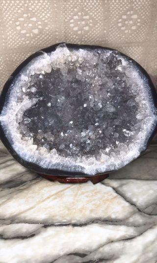 免運👌讓藏價聚寶盆天然原皮原礦藍瑪瑙邊白水晶洞附木旋轉盤