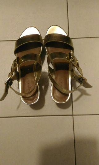 Charles n keith high sandal gold colour second good condition