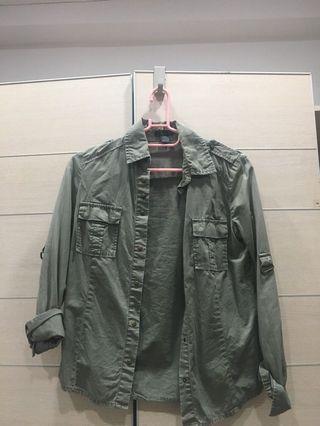 淺軍綠薄外套