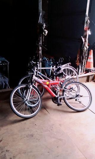 自行車有三台-第一台賣100元-第二台賣200元第三台賣300元有興趣的人可以來選購地址基隆市七堵區大華二路148号1F-要先预約再過來-0937-507-439謝謝