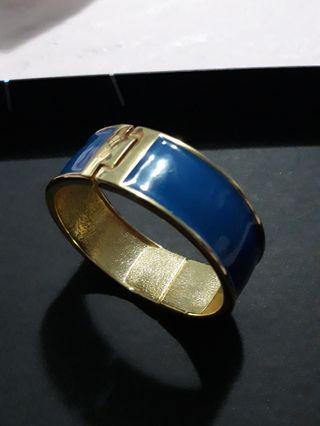 🚚 Enamel and gold metal chunky vintage bracelet cuff