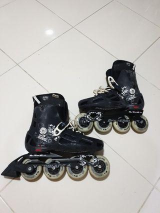 🚚 $15 pre-loved roller blades black color. Adult size 9.5