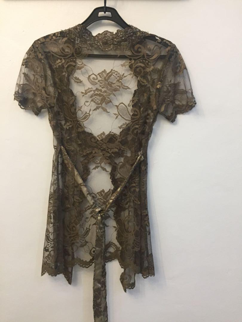 Kebaya modern dengan kain batik