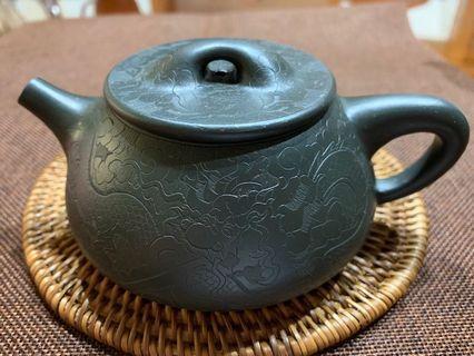 🚚 ~壺風茶道~A165《 宜興紫砂 早期壺 墨綠泥石瓢壺 刻龍》~古董、茶壺、普洱茶、紫砂壺、家用茶具禮品