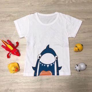 🚚 全新現貨~鯊魚來了兒童T恤 男童 女童 童裝 (尺寸90)夏日輕薄透氣純棉上衣