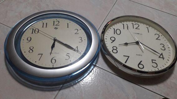 🚚 2 wall clocks