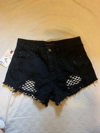 #轉轉香噴噴 褲子。短褲。暗黑風短褲。漁網短褲。洞洞短褲。網襪短褲