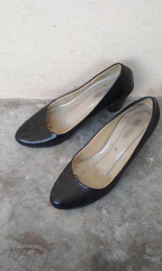 Sepatu Pantofel Hitam Heel Isabel Adelia