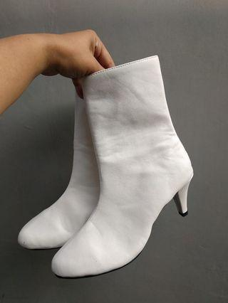 White BootsSepatu boots ex event 1x used ready size 37- 42