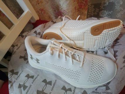 UNDER ARMOUR 全新 Rapid 米白色 女鞋 38 超輕 (偏少合 37 )