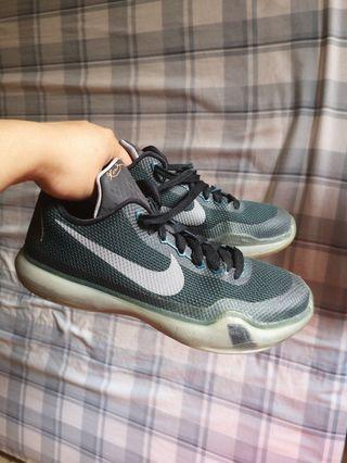 Nike Kobe shoes dark green size 5.5Y